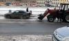"""В центре Петербурга трактор """"убрал"""" машину вместе со снегом"""