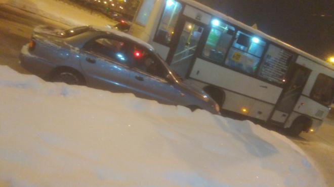 В Приморском районе водитель маршрутки прижал иномарку к обочине