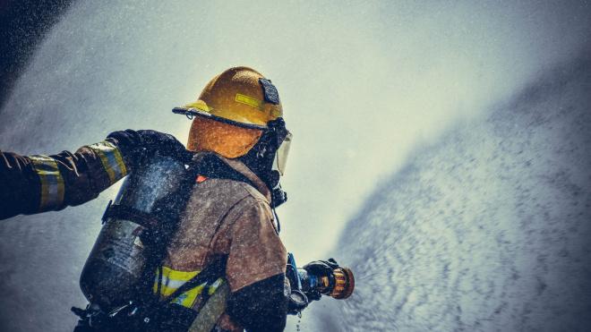 Пожарные потушили машину на Большеохтинском