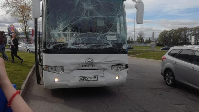 """Три из шести: на Пулковском школьные автобусы столкнулись из-за подрезавшего """"Мерседеса"""""""