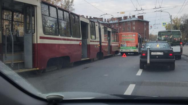 ДТП около метро Политехническая: маршрутка с пассажирами столкнулась с трамваем