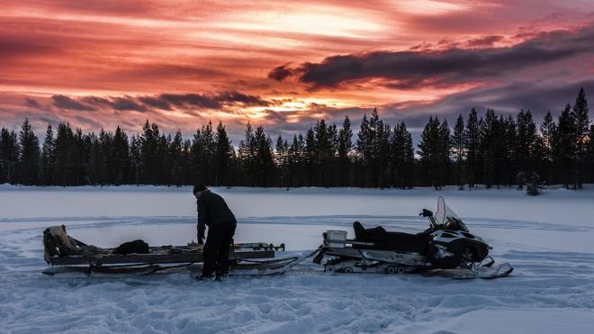 В Ленобласти мужчина провалился под лед на снегоходе и погиб