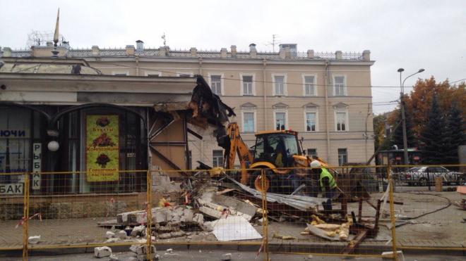 Около Витебского вокзала демонтируют торговый павильон с кафе