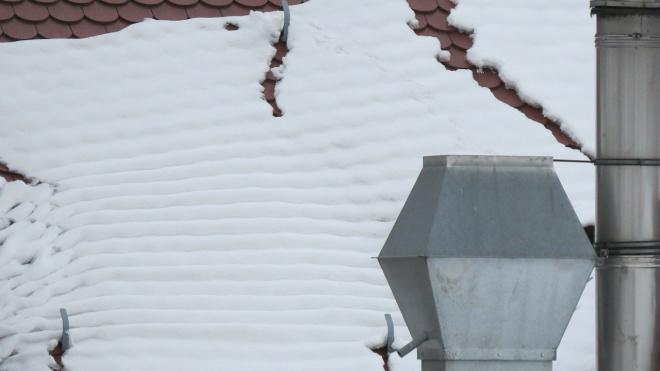 В Кемеровской области на годовалую девочку упал снег с крыши