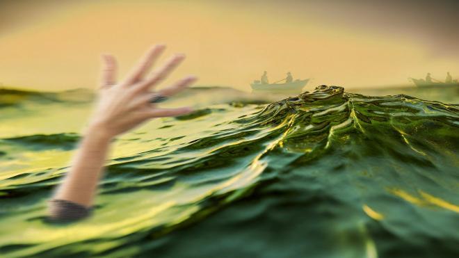 У берега Алушты отдыхающие вытащили на берег мужчину с маской и трубкой
