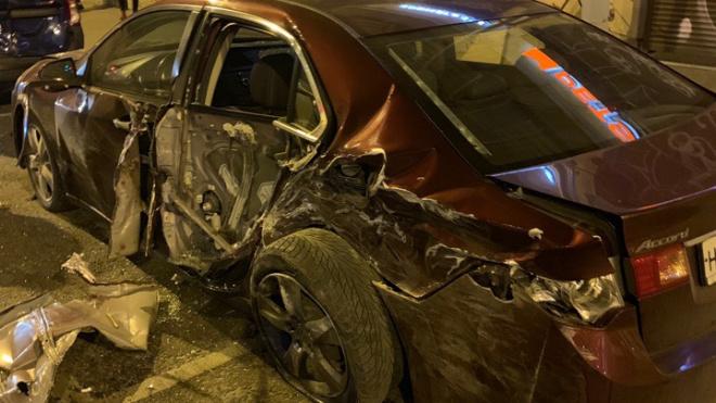 Водитель каршеринга на Некрасова сбил такси и две припаркованных иномарки, а после скрылся