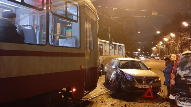 На улице Комсомола столкнулись иномарка и трамвай