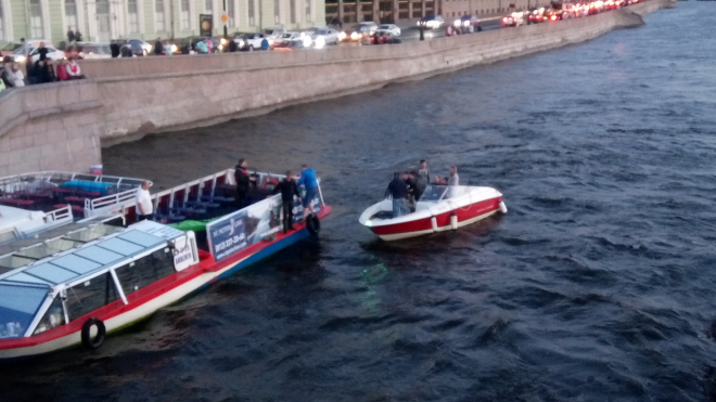 Прогулочное судно опрокинуло двух байдарочников около Троицкого моста