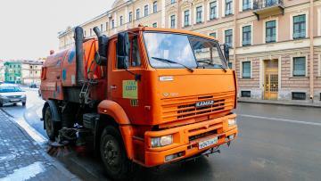 На очистку улиц и парков Петербурга направили более тысячи спецтехники