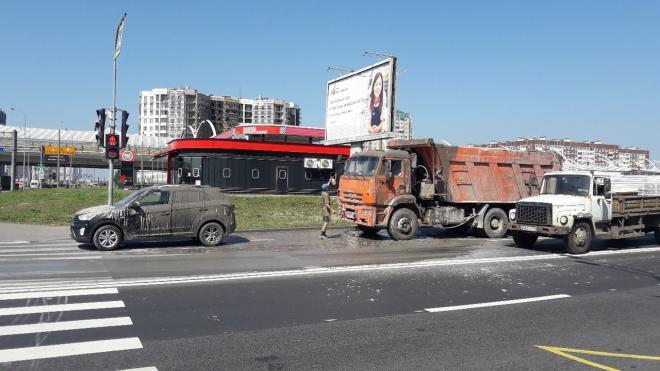 На пересечении Планерной и Богатырского Hyundai Creta залило цементом из КамАЗа