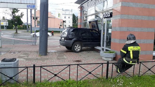Автомобиль протаранил кафе в Петербурге