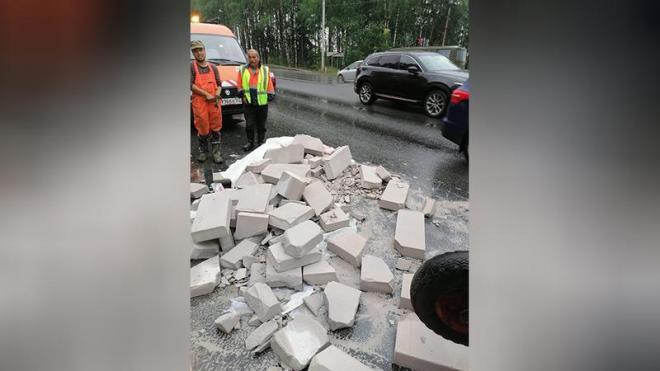 На Выборгском шоссе на дорогу рухнул незакреплённый блок газобетона
