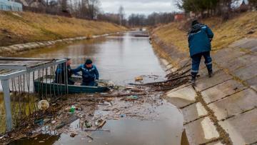 Более 300 рек и каналов Петербурга очистят от наплывного мусора