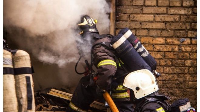 Офисное здание горит в Калининском районе Петербурга