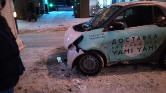 На Новочеркасском проспекте машина доставки еды врезалась в маршрутку