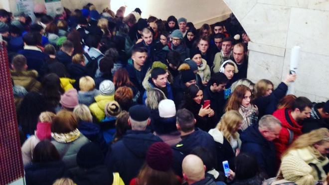 """В метро на """"Площади Восстания"""" образовалась """"человеческая пробка"""""""