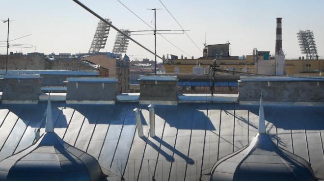 Рабочие починили дырявую крышу на Рубинштейна за три часа