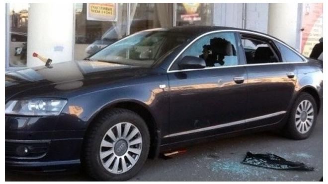 В Петербурге неизвестные изрубили топорами дорогую Audi