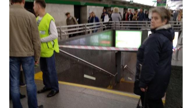 """""""Невский проспект"""" и переходы закрыты на проверку в час пик"""