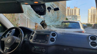 В Петербурге неизвестные разбили стекло иномарки презервативом с водой