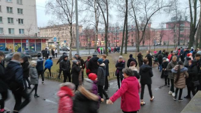 Ни дня без эвакуаций: в Петербурге снова отправились на выход районные суды и школы