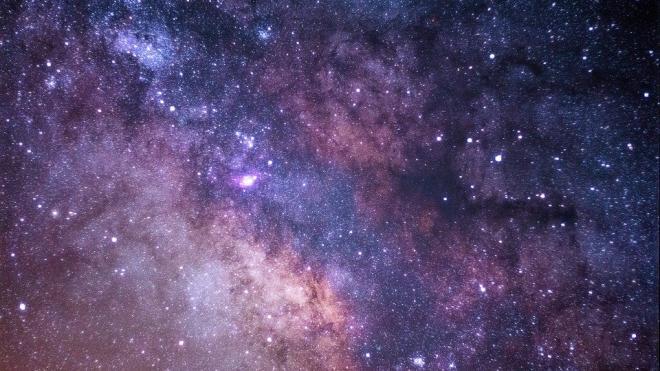 """Астрономы открыли гигантскую черную дыру, """"поймавшую"""" шесть галактик"""