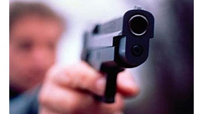 Двое мужчин ограбили группу подростков на улице Осипенко