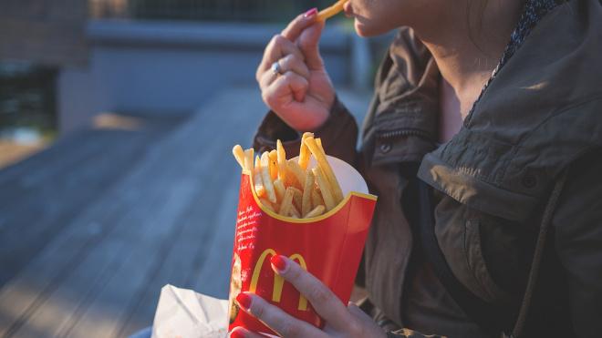 """Посетители """"McDonalds"""" в Выборге устроили помойку на парковке ТРК """"Cubus"""""""