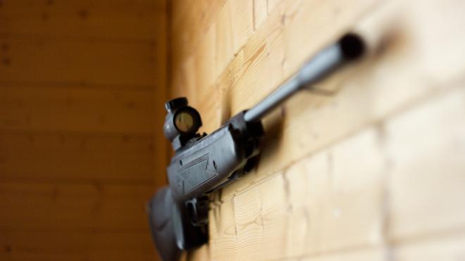 В Приморье пенсионер выстрелил в голову молодой соседке