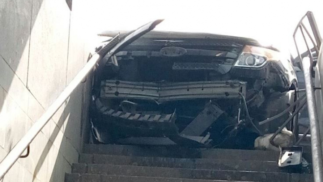 """На """"Электросиле"""" Audi отправила Ford в подземный переход, но тот не влез"""