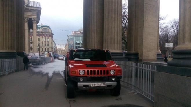 """Для красного """"Хаммера"""" персональным гаражом стал Казанский собор"""