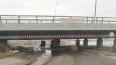 Трактор потерял стог сена под мостом глупости
