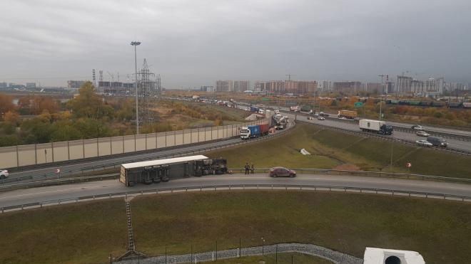 На съезде КАД на Московское шоссе упавшая фура перекрыла проезжую часть