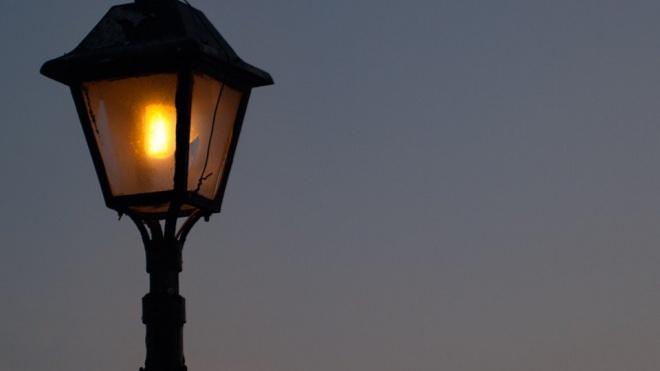 В Петербурге девушку убило током у фонарного столба