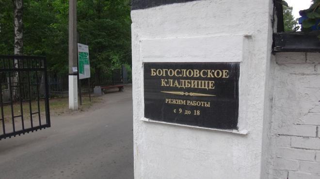 Неизвестный напал на девушку на Богословском кладбище