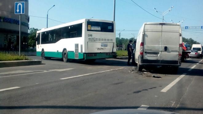"""ДТП около метро """"Бухарестская"""": столкнулись автобус и маршрутка"""