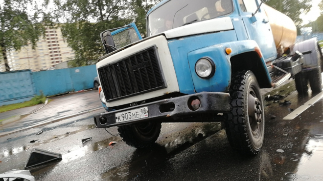 """ДТП на Блюхера: """"БМВ"""" столкнулся с водовозом"""