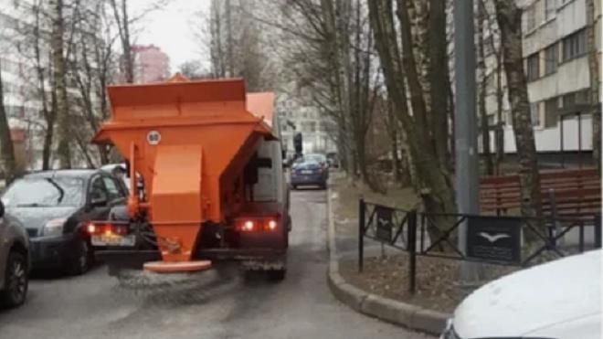 Петербург посыпают реагентами даже в отсутствие снега