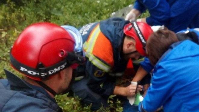 В Саратове мужчина выпал из окна с двумя детьми