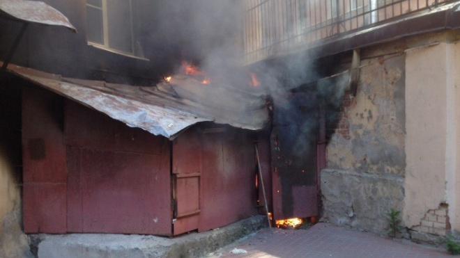 В Конном переулке загорелся подвал