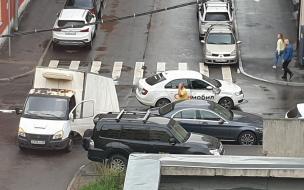 """Легковое такси снесло кузов """"ГАЗели"""" на улице Смолячкова"""