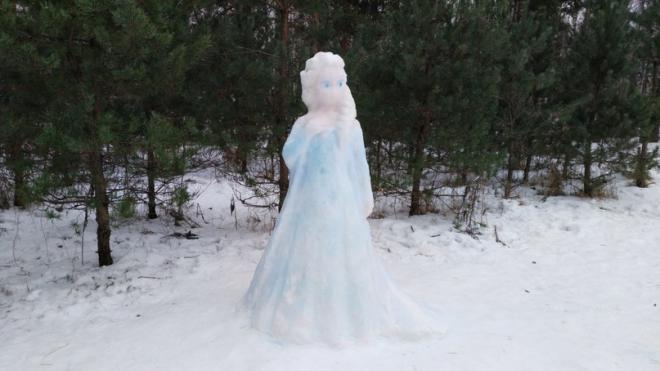 """В парке Сосновка неизвестный изваял из снега """"королеву Эльзу"""""""