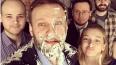 Новая атака с тортом: Навального закидали десертом ...