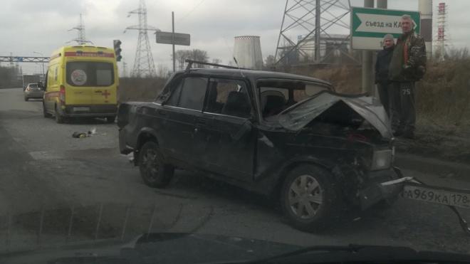 """Фура сплющила """"Жигули"""" на Софийской улице"""