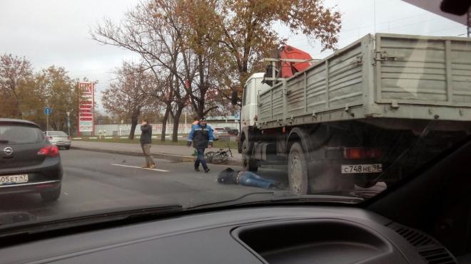 Грузовик смял велосипедиста на Лиговском проспекте: байкера увезли в тяжелом состоянии