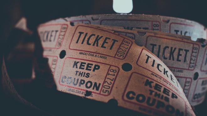 """Студентам института в Петербурге предлагают билеты на """"Довлатова"""" за голос на выборах"""