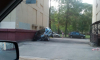 На проспекте Гагарина припаркованная иномарка частично ушла под землю