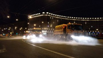 В Петербурге круглосуточно проводится очистка дорог и магистралей