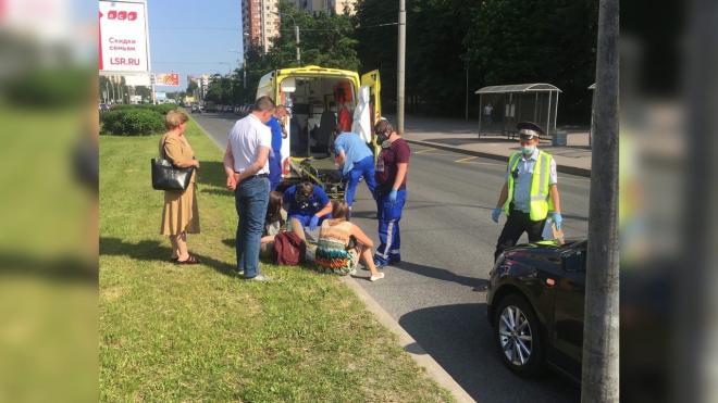 Автомобилист сбил двух пешеходов на проспекте Королева
