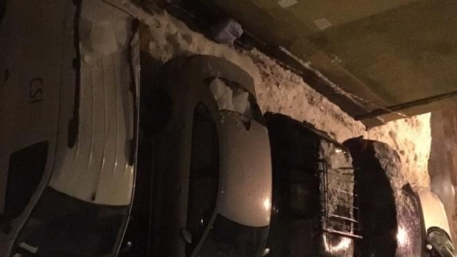 Упавшая с крыши налоговой льдина повредила четыре машины на Большом Сампсониевском